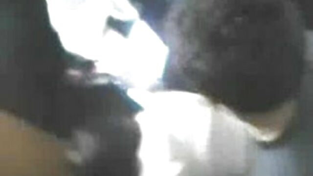 लड़की कैम पर सेक्सी फिल्म फुल एचडी में उसकी गीली बिल्ली के साथ खेलता है