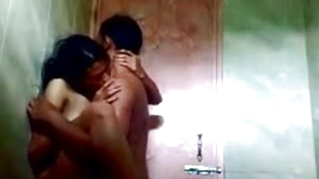 वह एक सेक्सी मूवी फुल एचडी हिंदी में गैंगबैंग के बाद सह के साथ अपने दाँत ब्रश करती है